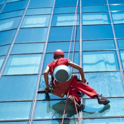 """Vďaka """"výškovému umývaniu Bratislava"""" špinavé okná neriešime"""