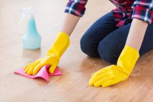 drhnoucí čištění podlahy