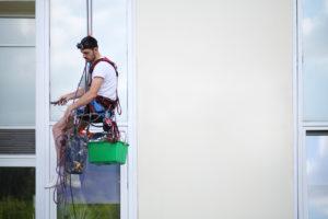 mytí oken s horolezeckou technikou