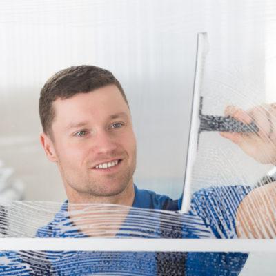 """Mytí oken a výloh je doménou """"Mytí a čištění ve výškách Brno"""""""