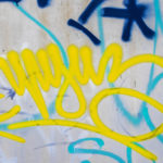 odstranění graffiti z plastové lavičky
