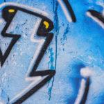 odstranění graffiti z hřbitovní zdi