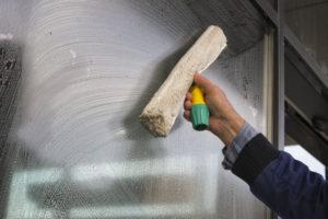 poctivé čištění rámů oken