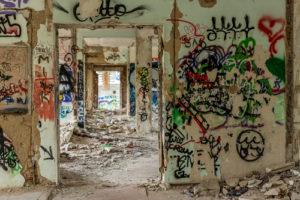 Opuštěné stavby lákají sprejery