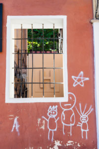 U vchodu do hodinářství obdrželo graffiti trvale stop! – Odstranění graffiti Brno