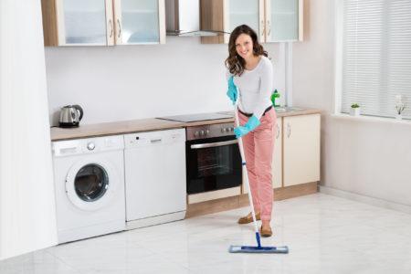 Čištění a voskování podlah nezaručí jen čistotu podlah, snižuje i hrozbu před uklouznutím