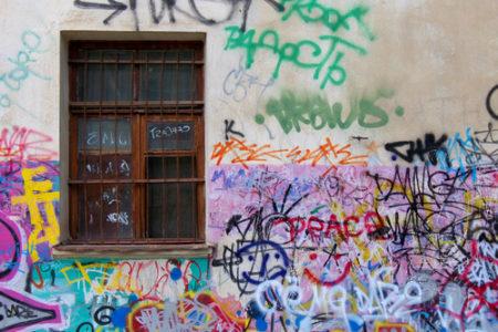 Sú grafity umenie alebo vandalizmus? Odstraňovanie grafitov aplesní Rožňava