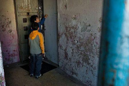 Studené, vlhké a špinavé. Třetina dětí žije v problémových bytech